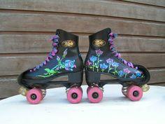 zwarte rollerskates beschilderd met rozen 2006 Retro Roller Skates, Roller Skate Shoes, Roller Derby, Roller Skating, Ice Skating, Rollers, Inline Speed Skates, Cute Patterns Wallpaper, Quad