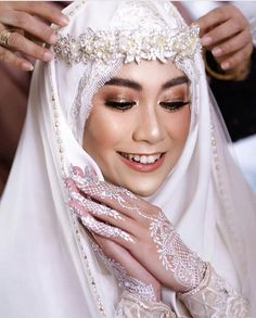 43 Ideas muslim bridal look wedding hijab Bridal Hijab, Wedding Hijab, Bridal Henna, Headpiece Wedding, Wedding Poses, Bridal Headpieces, Wedding Makeup, Bride Makeup, Muslimah Wedding Dress