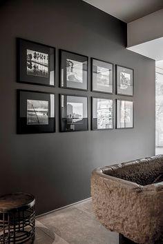 BRANDO concept | Contemporary interior design foto in bianco e nero quadri appesi lavabo in pietra parete scura