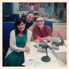 """En mi visita a Bilbao me pasé por el programa de Graffitti de Radio Euskadi para charlar de mi libro """"Ya está el listo que todo lo sabe"""".  Aquí estoy con los presentadores Miriam Duque y Juan Carlos de Rojo."""