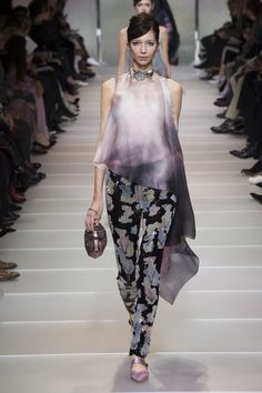 The complete Armani Privé Spring 2018 Couture fashion show now on Vogue Runway. Daily Fashion, Fashion 2018, Fashion Week, Fashion Brands, Spring Fashion, High Fashion, Fashion Outfits, Armani Prive, Style Haute Couture