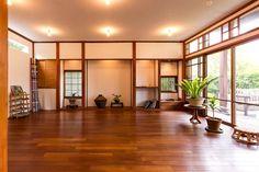 清々しい雰囲気が漂うヨガスタジオ。和とアジアをミックスしたような空間に癒される。