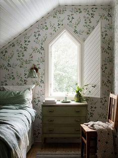 Bedroom Inspo, Home Bedroom, Bedroom Decor, Decor Room, Bedrooms, Wall Paper Bedroom, Look Rose, Classic Wallpaper, Decoration Design