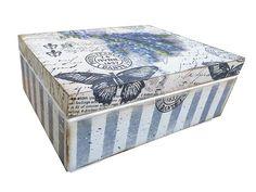 Drewniane pudełko na drewnianych nóżkach,ozdobione techniką decoupage ,wewnatrz wyklejoną jutą ,z praktyczna kieszonką na Wasze pamiątki.Pudełko przecierane,patynowane. Przedmiot zabezpieczony satynowym lakierem akrylowym.   Wymiary  24cm x 18cm x 10cm....