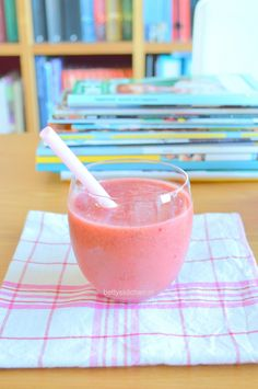 Pink breakfast smoothie, with orange juice, banana and raspberries (recipe in Dutch) Smoothie Blender, Smoothie Recipes, Cold Drinks, Beverages, Raspberry Recipes, Lunch Snacks, Nutribullet, Orange Juice, Healthy Treats