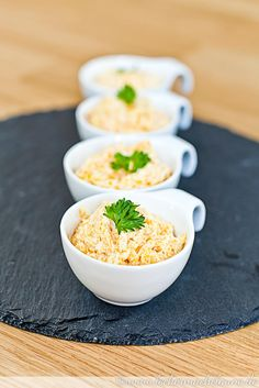 Eine kleine, simple und genial leckere türkische Köstlichkeit: Havuç Salatası. Das ist gedünsteter Karottensalat mit Zwiebeln, Joghurt, Knoblauch und Salz.