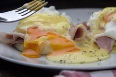 Η συνταγή της Madame Ginger για αυγά Benedict, πως ποσάρει τα αυγά, πως φτιάχνει σος Hollandaise και english muffins Greek Recipes, New Recipes, Food To Make, Eggs, Snacks, Cooking, Breakfast, Drinks, Gourmet
