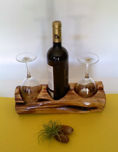 Build your own wine rack and store the wine bottles properly- Weinregal selber bauen und die Weinflaschen richtig lagern Wine Racks Wooden Wine Stand for 2 Wine Glasses - Wine Craft, Wine Bottle Crafts, Wine Bottles, Wine And Liquor, Wine And Beer, Wood Projects, Woodworking Projects, Wine Caddy, Wine Tote