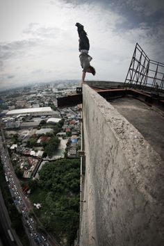 Der Eiskunstläufer im Wunderland Handstand on the edge of tall building by Jason of Team Farang Electric Daisy Carnival, Electric Forest, Parkour Workout, Kickboxing Workout, Workout Fitness, Fitness Tips, Art Bullet, Punk Art, Batman 2