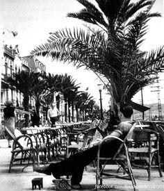 1952, limpiabotas en la Rambla. Foto Josep Cortinas #badalona #barcelona…