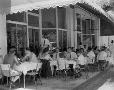 Almoçando galinha à crafreal com salada, batatas fritas e Coca-Cola no Piri-Piri, anos 60.