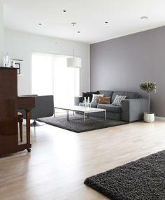 DELIKAT OG MASKULINT: Denne stuen er innredet med lyse tregulv, gråtoner og hvitt. Fargeskalaen og de rette linjene i møblene og rommet gir stuen et maskulint uttrykk. Divider, Living Room, Interior, Furniture, Home Decor, Google, Lily, Homes, Decoration Home