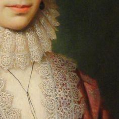 Cornelis Janssens van Ceulen: Ritratto di signora. Olio su tavola del 1619. Cleveland MUseum of Art. Il pizzo a tombolo della gorgiera sembra scendere da un colletto alto, ed è identico alla fascia che borda l'abito: un magnifico lavoro delle merlettaie, ma molto bella trovo anche la bocca della dama, leggermente sorridente.