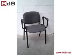 Silla fija para oficina de segunda mano, con brazos de estructura metálica de color negro, con asiento y respaldo tapizados en tela color gris. PVP: 40€.