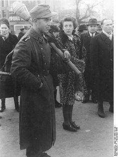 Fájl:Bundesarchiv Bild 146-1969-141-42, Budapest, Waffen-SS-Soldat mit Panzerfaust  /  Panzerfausttal felszerelt Waffen-SS katona a városban. A védők az utcai harcok során 200 szovjet páncélost lőttek ki