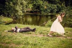 Bildergebnis für braut zieht bräutigam zur hochzeit