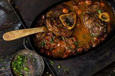 Osso buco et sa gremolata - Recette Hannibal Food, Veal Osso Bucco, Gremolata, Veal Shank, Chickpea Soup, Food Program, Girl Cooking, Braised Beef, Beef Ribs