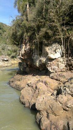 Rochas e vegetação nas margens do Rio Pulador...