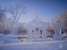 Ледяная скульптура перед входом в храм. Челябинск