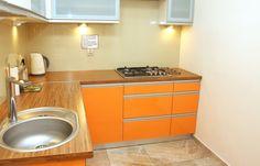 Kuchnia z pełnym wyposazeniem w nowoczesnym stylu  http://www.apartamenty-krakow.com/nocleg/apartament-kremowy/