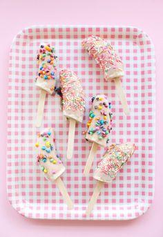 Postres fáciles, piruletas heladas de plátano y yogur Estas piruletas heladas de plátano y yogur son postres fáciles y saludables que conquistan a los peques. Receta super fácil para el postre o la merienda.