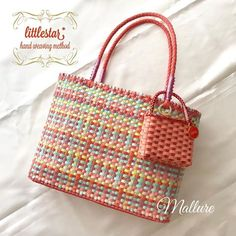 Paper Weaving, Hand Weaving, Diy And Crafts, Paper Crafts, Plastic Baskets, Jane Birkin, Craft Bags, Weaving Patterns, Plastic Canvas