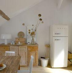 Bois naturel et blanc crème, déco de récup et frigo Smeg style années 1950. De la fantaisie et de la douceur dans la cuisine.