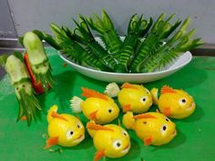 Lemon fish, cucumber shrimp and cucumber squid. The lemon fish look like Nemo! Fruits Decoration, Food Decorations, Lemon Fish, Food Sculpture, Fruit And Vegetable Carving, Veggie Art, Food Carving, Food Garnishes, Garnishing