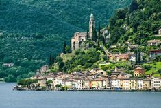 Morcote, pequeña localidad del cantón Tesino, a tiro de piedra de la bella Lugano, ha sido elegida en 2016 por votación popular como el pueblo más bello de Suiza. Situado a orillas del lago, ofrece sabor italiano en sus numerosos 'grottos' (restaurantes tradicionales) y una eterna primavera. Se puede llegar en barco desde Lugano y entre sus atractivos destacan el castillo o la iglesia de Santa María del Sasso (en la foto).