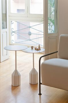 The Burin Mini Coffee Table Viccarbe was designed by Patricia Urquiola who created a sculptural auxiliary table available in two different heights and in a wide choice of elegant lacquered colours. White Side Tables, Low Tables, Bauhaus, Multipurpose Furniture, Patricia Urquiola, Modern Coffee Tables, Coffe Table, Vintage Table, Vintage Coffee