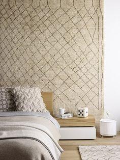 Beiger Wandteppich im Schlafzimmer