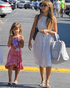 Jessica Alba Photos Photos - Jessica Alba and daughter Honor shop for flowers at the Trader Joe's market in Westwood, California. - Jessica Alba Shops for Flowers Jessica Alba Family, Jessica Alba Style, Cool Outfits, Summer Outfits, Summer Dresses, Day Dresses, Spring Summer Fashion, Celebrity Style, Fashion Looks