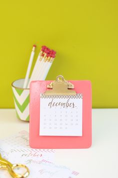 We've actually rounded-up 30 of these amazing DIY personalized clipboard tutorials so that you too can reproduce their incredible results. Desktop Calendar, Desk Calendars, Small Calendar, Fun Crafts, Diy And Crafts, Paper Crafts, Make Your Own Calendar, Diy Cardboard, Diy Desk