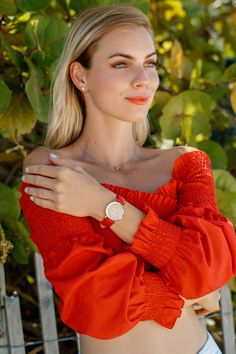 Great Gifts For Men, Gifts For Women, Swiss Made Watches, Cool Summer Outfits, Ladies Watches, Shades Of Beige, Summer Accessories, Smooth Leather, Fashion Forward