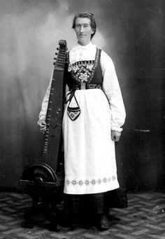 Woman with a Norweigan langeleik