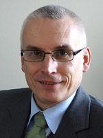 Sascha Rauschenberger, geboren 1966 in Wattenscheid, ging nach dem Abitur zur Bundeswehr, wo er als Panzeraufklärer und Nachrichtenoffizier Dienst tat. Er diente, unter anderem als Reservist, in vier Auslandseinsätzen, zuletzt als Militärberater in Afghanistan.