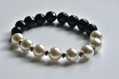 elegancka kremowo-czarna bransoletka dla nowoczesnej kobiety z agatu, pereł majorka i hematytu w AnkArtJewelry na Etsy Gemstone Beads, Beaded Bracelets, Gemstones, Pearls, Etsy, Jewelry, Month Gemstones, Jewellery Making, Jewels