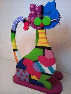 DIY - Step by step video to make this cat. Shown in wood but heavy cardboard works, too. Gato Arte Brito Paso a Paso Pottery Painting, Tole Painting, Painting On Wood, Rock Crafts, Diy Home Crafts, Arte Country, Diy Step By Step, Mosaic Patterns, Wooden Crafts