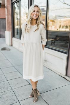 Oatmeal midi dress for spring 2018 roolee ideia de look, look trabalho, ves Modest Dresses, Modest Outfits, Modest Fashion, Women's Fashion Dresses, Trendy Outfits, Casual Dresses, Cute Outfits, Feminine Fashion, Fashion Clothes