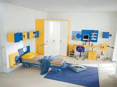 CAMERETTA BARBAPAPÀ  Cameretta in finitura gialla e blu completa di letto con ruote piroettanti, armadio angolare, cubotti e scrittoio con cassetti.