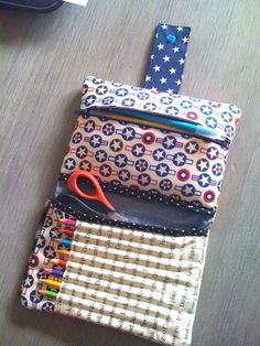 Make your own DIY pencil pouch or pencil case! Diy Pencil Case, Pencil Pouch, Pencil Cases, Pencil Case Pattern, Sewing Hacks, Sewing Tutorials, Sewing Patterns, Fabric Crafts, Sewing Crafts
