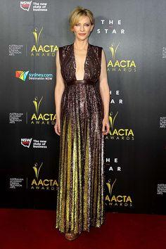 Cate Blanchett con un vestido con profundo escote y falda tableada hecho a base de lentejuelas en color caoba y dorado y detalles de cuero de la colección de primavera 2014 de Givenchy