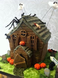 A creepy house for Halloween. Vanilla and raspberry cake. Haunted House Cake, Spooky House, Halloween Haunted Houses, Gorgeous Cakes, Amazing Cakes, Halloween Cookies, Halloween Sweets, Halloween Foods, Happy Halloween