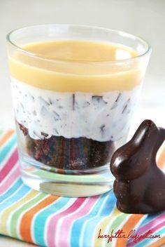 Ein österliches Dessert mit Eierlikör und Schokosplitter. Rundet das Osterfrühstück lecker ab. #Rezept #Ostern