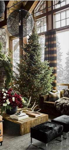 Rustic Christmas Living Room by Beckie Owens | 30 Beautiful Images of Christmas #christmas #rusticchristmas