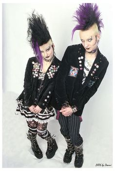 Deathrock , like cyber, is one of the subgenres of Goth that combines both a fashion style and a specific type of dark alternative music. Dark Fashion, Fashion 2020, Gothic Fashion, Punk Rock Girls, Goth Girls, Goth Look, Goth Style, Amphi Festival, Estilo Punk Rock