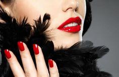 Jak zaakcentować w makijażu usta, oczy i paznokcie?
