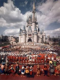 Here you will find a collection of photographs, videos, and other random things related to Vintage Disney Parks! We try to have everything sourced, so please leave it that way! Disneylândia Vintage, Disney Vintage, Vintage Disneyland, Old Disney, Disney Love, Disney Art, Disney Pics, Punk Disney, Disney Theme