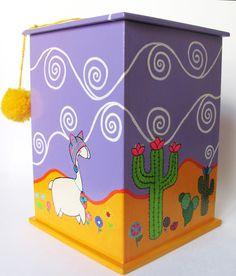Caja pintada a mano con acrílico y barnizada. Ventana de vidrio. Medidas: 19,5 x 13,5 x 13,5. contacto@amanopla.com.ar