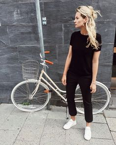 Daily uniform: all black topped with a messy half bun. To be honest this is the third day I'm wearing this and the 6th day I didn't wash my hair. Something to do with those wonder weeks fuckers (moms will understand) #ootd #motherhood #tiredasfuck (kudos for the bike though )